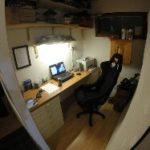 Firman toimisto. Huomaa autoharrastajan toimistotuoli.