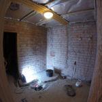 Pesuhuone purettuna. Asiakkaan harmiksi kaivojen ympäriltä löytyi vesivahinko.