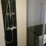 Huomattavasti modernimpi ja tilavampi  suihkutila kun vanha paksu tiiliväliseinä muutettiin lasiksi.
