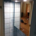 Uusi peilikaappi muutti ilmettä todella paljon. tehokkaat led valot valaisevat yksinään koko vessan helposti. valkoinen katto auttaa siinä heijastamalla valoa.